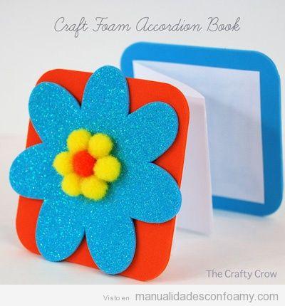Libro acordeón hecho con foamy o goma eva para niños con adorno de flor