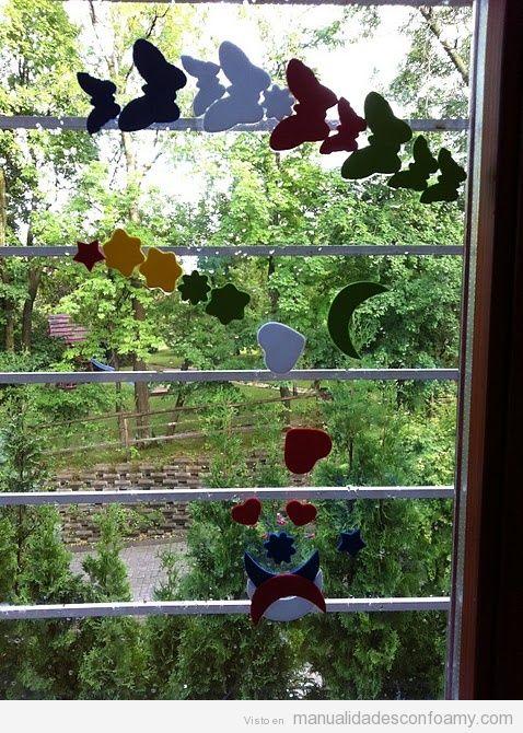 Ventana decorada con mariposas y otras formas de goma eva ...