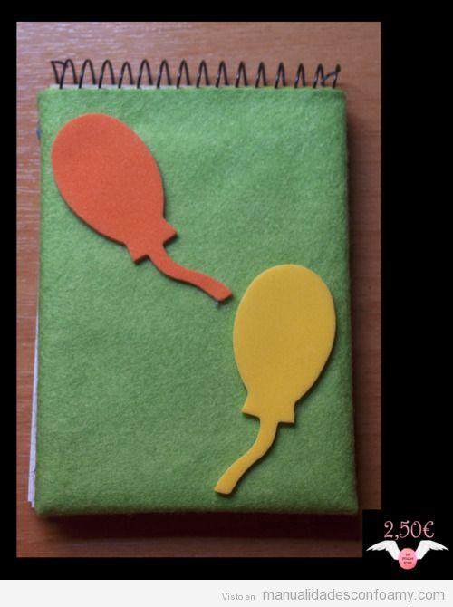 Cuaderno forrado en fieltro y decorado con globos de foamy