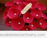 Ramo de rosas rojas hechas con foamy