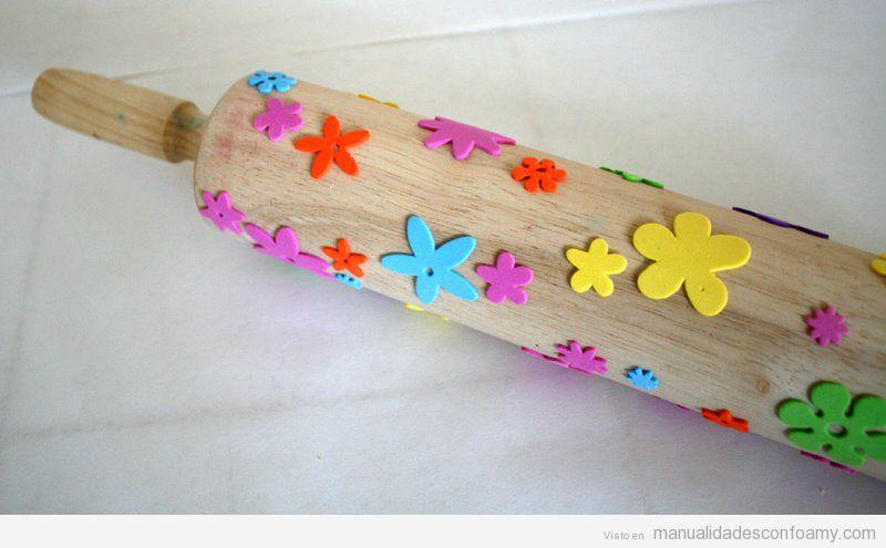 Manualidades foamy con niños, rodillo de madera y formas para estampar