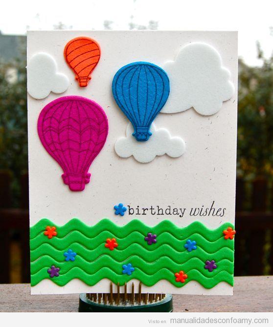 Tarjeta de felicitación hecha con goma eva, globos y nubes