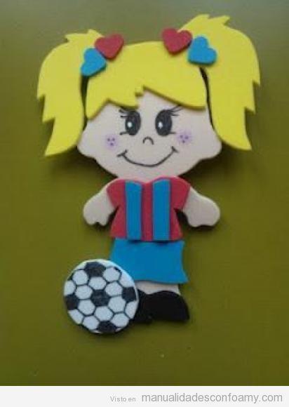 Muñeca de goma eva, futbolista con la camiseta del Barça