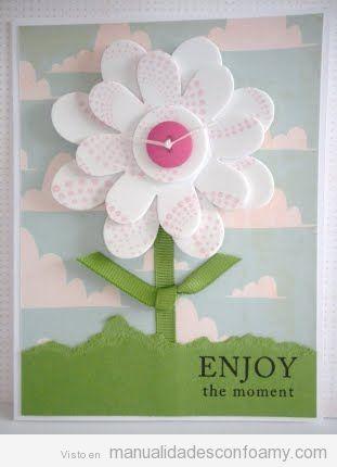 Tarjeta de felicitación hecha con una flor de foamy