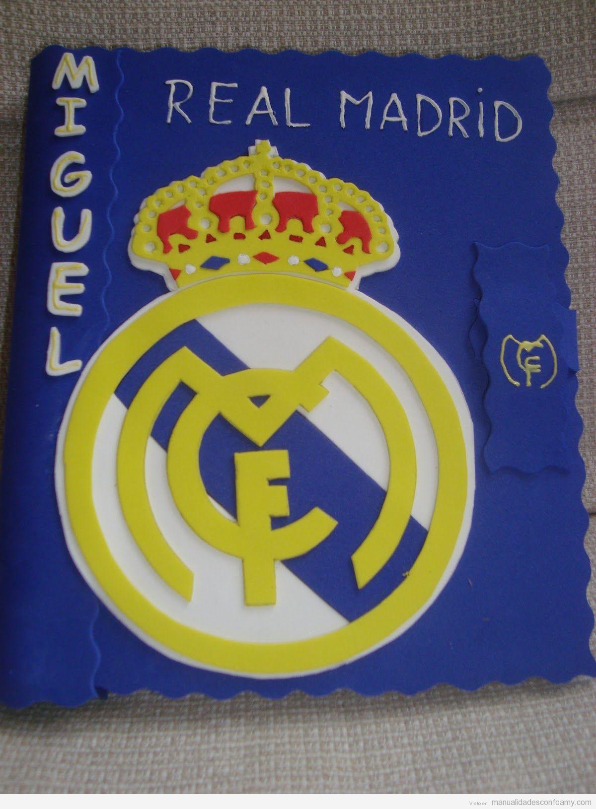 Escudo del Real Madrid en una libreta hecho con foamy