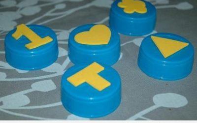 Una manualidad para niños: tapones de plástico convertidos en sellos de goma eva