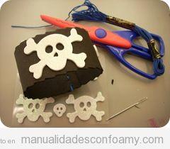 Una pulsera de calavera hecha con goma eva, manualidades con niños