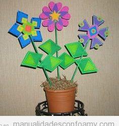 Una maceta con flores de goma eva