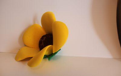 Flor amarilla de goma eva, aprende a dar forma a los pétalos paso a paso