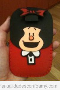 Funda móvil goma eva con la forma de Mafalda