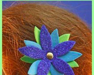 Clip del pelo hecho con una flor de goma eva, manualidad para niñas
