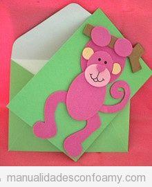 Postal de felicitación con forma de mono hecha con cartulina y goma eva