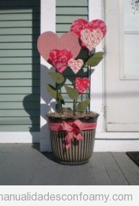 Maceta de exterior decorada corazones goma eva