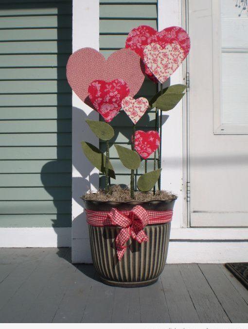 Maceta de exterior decorada con corazones de goma eva