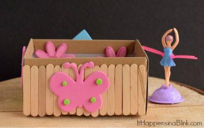 Caja de zapatos decorada con palitos de polo y mariposas de goma eva