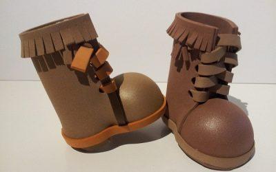Cómo hacer unas botas con flecos y tacón de goma eva para Fofuchas (Vídeo)