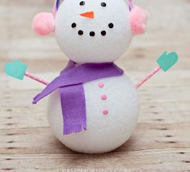 Muñeco de nieve hecho con dos bolas de porexpan, foamy y fieltro
