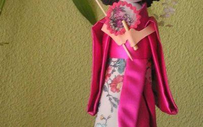 4 muñecas fofuchas con el traje tradicional japonés