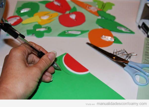 Cómo aprender a hacer un juego de foamy con frutas y hortalizas, paso 2